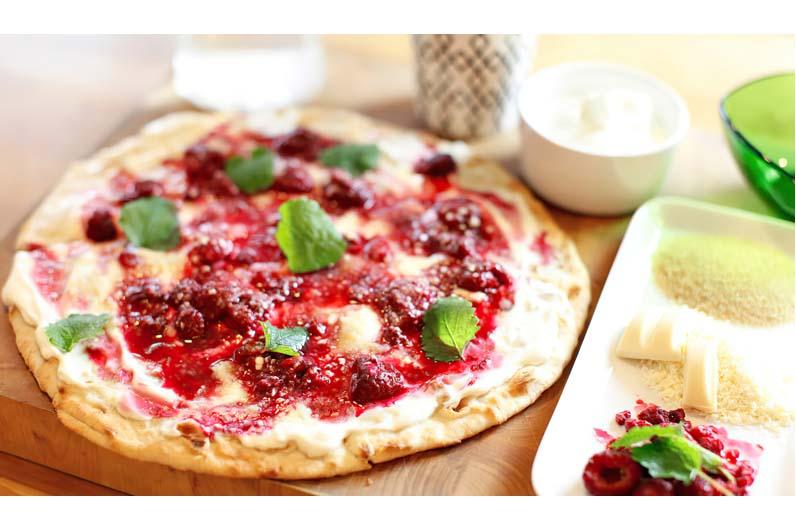 Efterrättspizza Med Grekisk Yoghurt Hallon Och Vit Choklad Recept