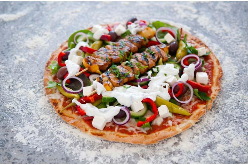 Kebabpizza Greek Style Med Souvlaki Tzatziki Och Fräsch Grekisk Sallad Recept