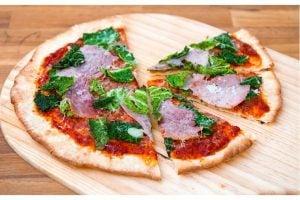 Pizza  Mezza Luna Med Julskinka Och Svartkål Recept