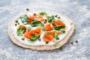 Pizza Med Grekisk Yoghurt Kapris Och Rökt Lax Recept
