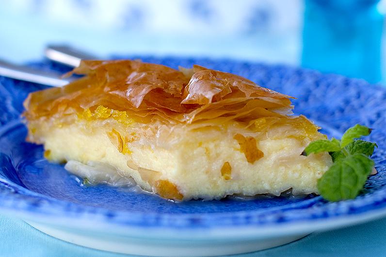 Bougatsa kaka gjord på mannagrynskräm och filodeg Recept