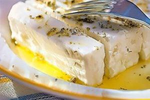 skivad fetaost med olivolja och oregano