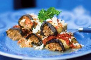 Auberginerullader med köttfars och salsasås recept