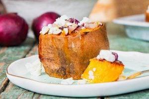 Bakad sötpotatis med getost och rödlök recept