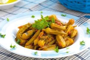 Okra i tomatsås recept