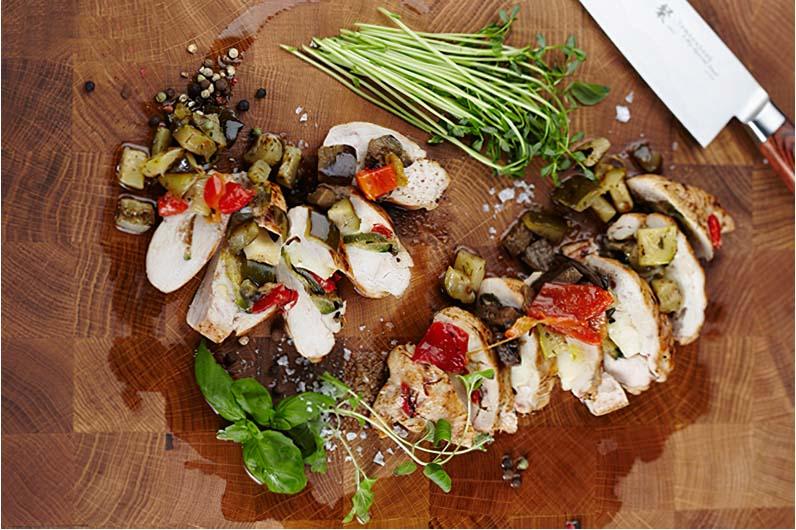 Ost & grönsaksfyllda kycklingfiléer på en bädd av späda salladsblad och quinoa recept