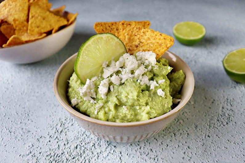 En skål krämig guacamole med fetaost.