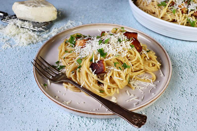 En krämig carbonara pasta med halloumi.