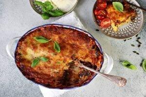Lasagne med Halloumi i en ugnsform med serveringssked