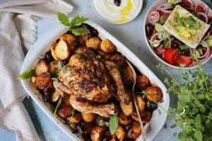 Rostad kyckling med potatis i en ugnsform
