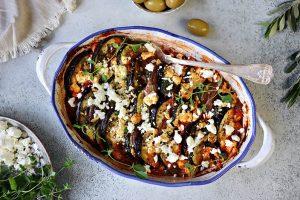 En form med grönsaker med härliga smaker från det grekiska köket.