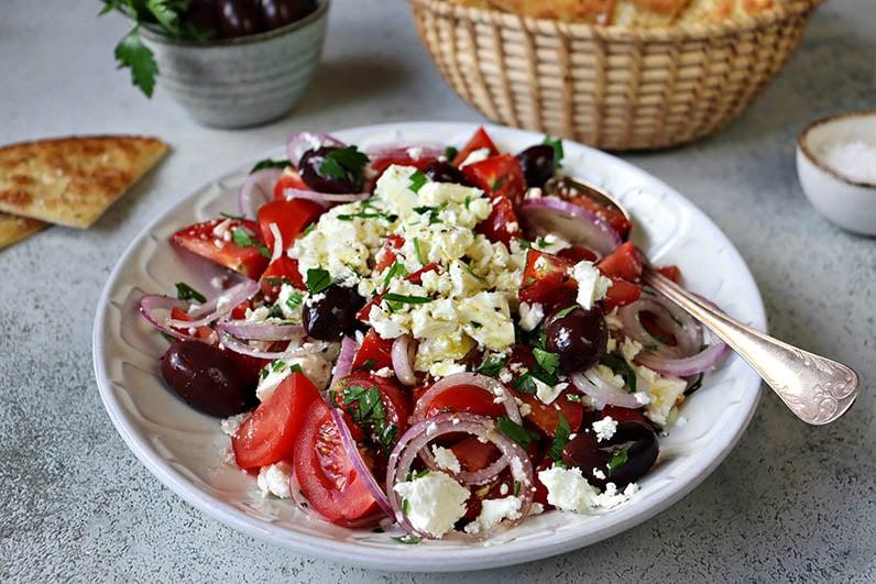 En härlig tomatsallad med fetaost och oliver.